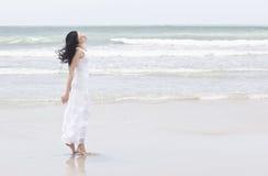 Camminando sulla spiaggia fotografia stock