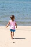 Camminando sulla spiaggia Immagini Stock