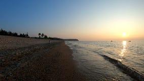 Camminando sulla spiaggia al tramonto stock footage
