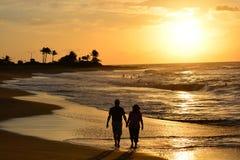 Camminando sulla spiaggia all'alba Fotografia Stock