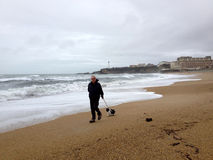 Camminando sulla spiaggia di Biarritz Fotografie Stock Libere da Diritti