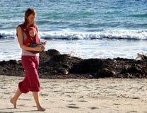 Camminando sulla spiaggia, insieme Fotografie Stock Libere da Diritti