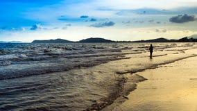 Camminando sulla spiaggia nella festa nella posizione della Tailandia Fotografie Stock Libere da Diritti