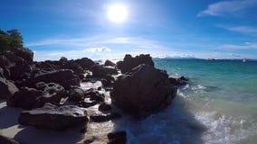 Camminando sulla spiaggia nella pentola della macchina fotografica del mare video d archivio