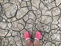 Camminando sulla terra asciutta, aspettante la pioggia Fotografia Stock Libera da Diritti