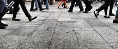 Camminando sulla via Fotografia Stock Libera da Diritti
