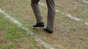 Camminando sulle linee bianche pista Fotografia Stock