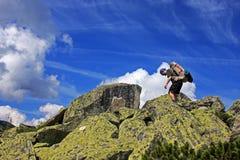 Camminando sulle rocce Fotografia Stock