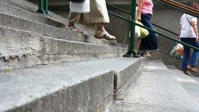 Camminando sulle scale stock footage