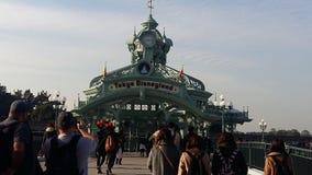 Camminando a Tokyo& x27; s Disneyland Immagine Stock Libera da Diritti