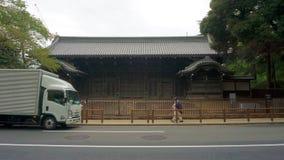 Camminando tramite le vie di Tokyo Architettura giapponese tradizionale Distretto del parco di Ueno fotografia stock