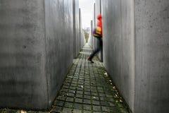 Camminando tramite un labirinto, cercante il giusto modo fotografia stock libera da diritti