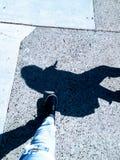 Camminando in un'ombra fotografia stock libera da diritti