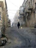 Camminando in una vecchia via Fotografie Stock Libere da Diritti