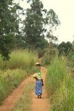 Camminare africano della donna Immagine Stock