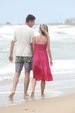 Camminare amoroso delle coppie Fotografie Stock Libere da Diritti