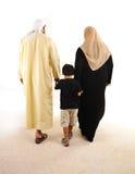 Camminare arabo musulmano della famiglia Fotografie Stock