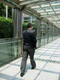 Camminare asiatico dell'uomo d'affari Fotografia Stock Libera da Diritti