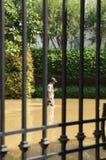 Camminare coscia-profondo attraverso l'inondazione immagini stock libere da diritti