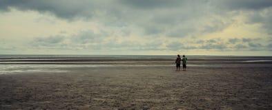 camminare degli amici della spiaggia Immagini Stock