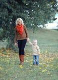 Camminare del bambino e della madre Fotografia Stock