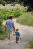 Camminare del figlio e del padre Fotografia Stock Libera da Diritti