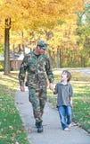 Camminare del figlio e del papà Fotografia Stock Libera da Diritti