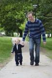 Camminare del figlio e del padre Immagini Stock Libere da Diritti