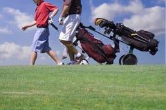 Camminare del giocatore di golf Immagini Stock