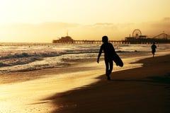 Camminare del surfista Immagine Stock