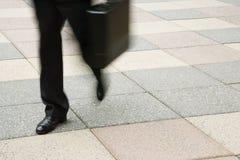 Camminare dell'uomo d'affari. Fotografia Stock