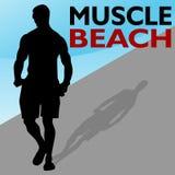 Camminare dell'uomo della spiaggia del muscolo Fotografia Stock Libera da Diritti