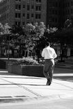 Camminare dell'uomo di affari fotografie stock