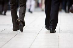 Camminare dell'uomo e della donna di affari Fotografia Stock