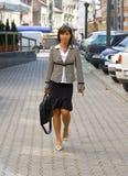 Camminare della donna di affari immagini stock libere da diritti