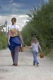 Camminare della figlia e della madre fotografie stock