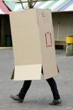 Camminare della scatola di cartone dell'uomo Fotografia Stock