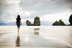 Camminare della spiaggia Immagini Stock
