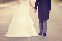 Camminare della sposa e dello sposo Immagini Stock Libere da Diritti