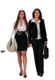 Camminare delle giovani donne Immagini Stock
