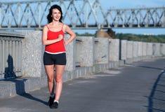 Camminare di corsa della donna a Fotografie Stock Libere da Diritti