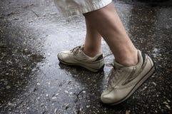 Camminare di giorno piovoso fotografia stock