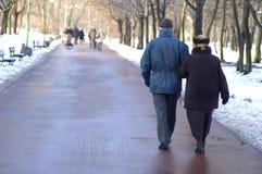 Camminare di una coppia di anziani Fotografie Stock Libere da Diritti