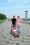Camminare enjoing della famiglia felice Fotografie Stock