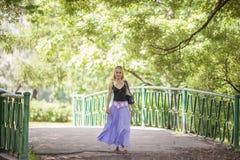 Camminare felice della donna fotografie stock