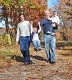 Camminare felice della famiglia Immagini Stock