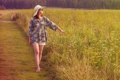 Camminare felice della ragazza Fotografie Stock