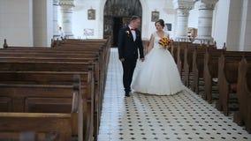 Camminare felice dello sposo e della sposa archivi video