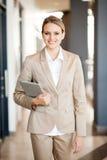 Camminare moderno della donna di affari Fotografia Stock