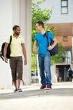 Camminare multiculturale degli allievi Fotografia Stock Libera da Diritti